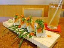 Rolos de sushi com os ovos da alga & do camarão Fotografia de Stock Royalty Free
