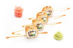 Rolos de sushi com pepino da enguia e queijo de Philadelphfia em uma omeleta Isolado Rolo do sushi em um fundo branco Foto de Stock Royalty Free