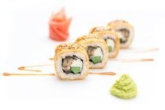 Rolos de sushi com pepino da enguia e queijo de Philadelphfia Isolado Rolo do sushi em um fundo branco Imagem de Stock Royalty Free