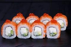 Rolos de sushi com salmões, abacate e queijo creme Fotografia de Stock Royalty Free