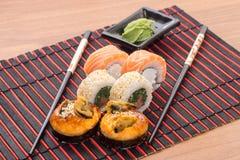Rolos de sushi com varas Fotos de Stock Royalty Free