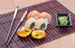 Rolos de sushi com varas Fotos de Stock