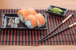 Rolos de sushi com varas Foto de Stock Royalty Free