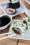 Rolos de sushi com varas e molho de soja Fotografia de Stock Royalty Free