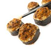 Rolos de sushi cozidos com mexilhões e chopsticks Foto de Stock Royalty Free