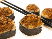 Rolos de sushi cozidos com mexilhões e chopsticks Foto de Stock
