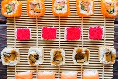 Rolos de sushi de sabores diferentes Imagem de Stock
