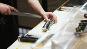 Rolos de sushi do corte filme