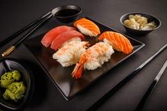 Rolos de sushi do Sashimi Imagens de Stock