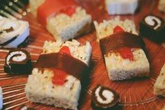 Rolos de sushi doces para um petisco do partido imagem de stock royalty free