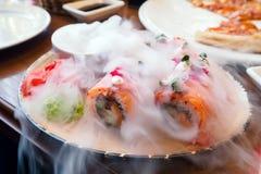 Rolos de sushi dos salmões com fumo do gelo seco, alimento japonês fotos de stock