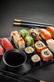 Rolos de sushi e tempura do camarão Fotos de Stock