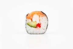 Rolos de sushi japoneses frescos em um fundo branco Fotografia de Stock Royalty Free
