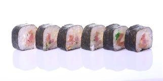 Rolos de sushi japoneses frescos tradicionais Imagem de Stock