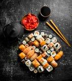 Rolos de sushi japoneses tradicionais com molho de soja e o gengibre posto de conserva foto de stock