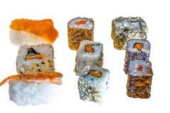 Rolos de sushi múltiplos no fundo branco Alimento asiático fotos de stock royalty free