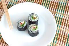 Rolos de sushi no close up branco da placa Fotografia de Stock Royalty Free