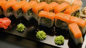 Rolos de sushi orientais da refeição do restaurante do alimento ajustados vídeos de arquivo
