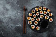 Rolos de sushi saudáveis do vegetariano com legumes frescos Imagens de Stock Royalty Free