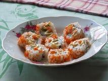 Rolos de sushi vermelhos das ovas do caviar Fotografia de Stock