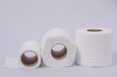 Rolos do lenço de papel isolados no fundo branco Foto de Stock