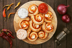 Rolos do queijo da massa folhada Imagem de Stock