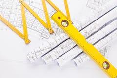 Rolos do ` s do arquiteto e ferramentas da construção imagens de stock royalty free