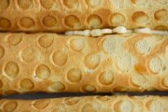 Rolos do waffle, saboroso e perfumado, com leite condensado fervido em um fundo concreto fotos de stock royalty free