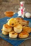 Rolos franceses com mel e o coelhinho da Páscoa fotografia de stock royalty free