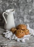 Rolos inteiros da grão da multi semente e um jarro do esmalte em um fundo de madeira cinzento Foto de Stock Royalty Free