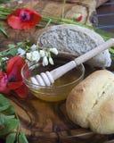 Rolos orgânicos saborosos e pão com mel  foto de stock royalty free