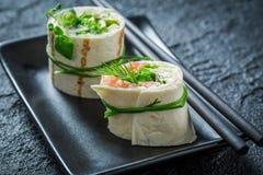 Rolos saborosos com salmões, queijo e vegetais para uma refeição matinal Imagem de Stock
