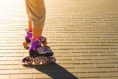 Rolschaatsenschoenen met zonstraal op de achtergrond royalty-vrije stock foto