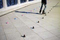 Rolschaatser het praktizeren slalom volgens een lijn van kegels royalty-vrije stock fotografie
