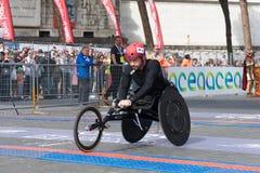 Rolstoelatleet op de afwerkingslijn van de 24ste Marathon van Rome Stock Fotografie