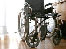 Rolstoelen aan gehandicapten in een slaapkamer royalty-vrije stock afbeeldingen