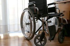 Rolstoelen aan gehandicapten in een slaapkamer stock afbeelding