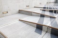 Rolstoelhelling met rood tapijt voor gemakkelijke toegang in de bouw Stock Afbeelding