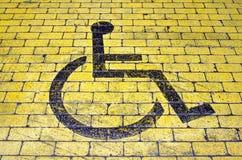 Rolstoelpictogram op parkerenplaats royalty-vrije stock foto