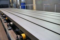 Roltransportband voor de levering van metaalproducten aan de installatie van zandstralen stock foto's