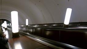 Roltrap in de metro die zich neer bewegen Metro van Moskou post Aviamotornaya stock videobeelden