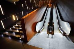 Roltrap en trap van moderne materialen Stock Afbeeldingen