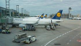 Roltrappen in de luchthaven stock fotografie