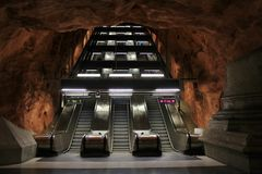 Roltrappen in de metro van Stockholm Stock Foto's