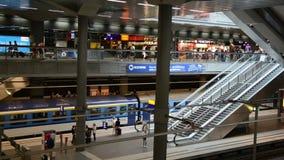 Roltrappen in het centrale station van Berlijn stock videobeelden