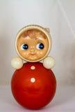 Roly Poly Blond Doll, der mit einem Interesse aufpasst Lizenzfreie Stockfotos
