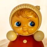 Roly Poly Blond Doll, der mit einem Interesse aufpasst Lizenzfreies Stockfoto