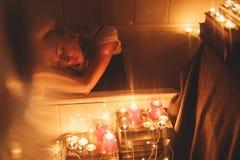 Romântico, o dia de Valentim A mulher atrativa relaxa no banho fotos de stock