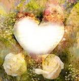 Romântico velho no fundo do coração e nas rosas brancas Imagens de Stock