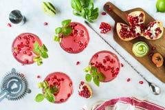 Romã Basil Martinis ou Gin Smash Cocktails fotografia de stock